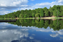 Moln reflekterade på sjön Arkivbilder