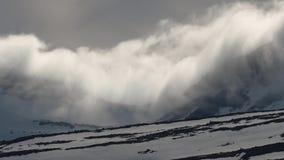 Moln rullar över snö-korkade berg i Island stock video