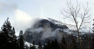 Moln runt om den Halfdome Yosemite nationalparkTid schackningsperioden stock video