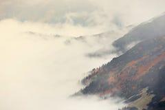 Moln runt om röda maxima, Tatra berg Arkivfoto