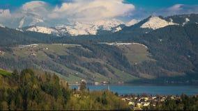 Moln runt om schweiziska fjällängar i centrala Schweiz arkivfilmer