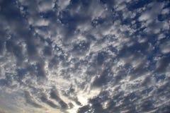 Moln, sol och blå himmel Royaltyfria Bilder