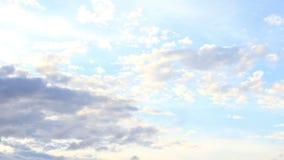 Moln som är rörande på himlen i morgon stock video
