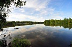 Moln som avspeglas i sjön Royaltyfri Fotografi