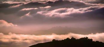 Moln som badas i solnedgångljusbeläggningen Rolling Hills, södra San Francisco Bay område, Kalifornien fotografering för bildbyråer