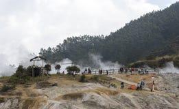 Moln som dyker upp från Sikidang, Dieng platå, Indonesien Royaltyfri Bild