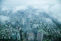 Moln som förbiser det Taipei 101 tornet i Taipei på konung Royaltyfri Bild