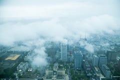 Moln som förbiser det Taipei 101 tornet i Taipei på konung Fotografering för Bildbyråer