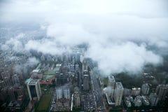 Moln som förbiser det Taipei 101 tornet i Taipei på konung Arkivbilder