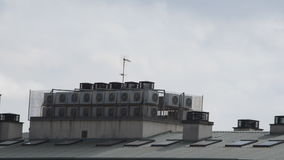 Moln som flyger över taket lager videofilmer