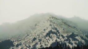 Moln som flyttar sig över överkanten av berget lager videofilmer