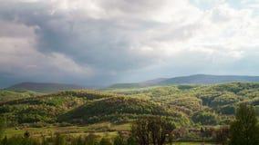 Moln som flyttar sig över Carpathian berg stock video