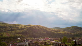 Moln som flyttar sig över Carpathian berg lager videofilmer