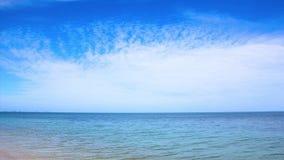 Moln som flyttar sig över havet på en klar blå dag på Samui, Thailand lager videofilmer