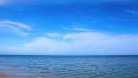Moln som flyttar sig över havet på en klar blå dag på Samui, Thailand stock video