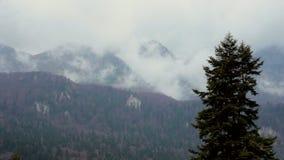 Moln som flyttar sig över kullarna och bergen stock video