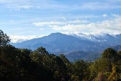 Moln som glider över blåa berg royaltyfri foto