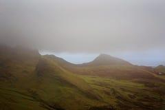 Moln som hänger över bergskedja i Skottland Royaltyfri Fotografi