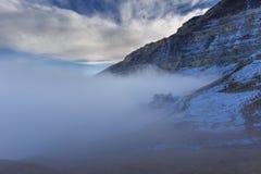 Moln som kryper nedanför berg royaltyfri foto