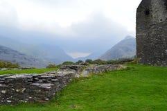 Moln som in kryper vid den Dolwyddelan slotten Arkivfoton