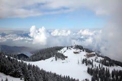 Moln som omger snöig berg Royaltyfri Foto