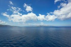 Moln som pekar in mot kanalen av Messina royaltyfria bilder