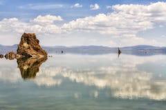 Moln som reflekterar i den mono sjön, Kalifornien, USA Arkivbilder