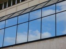 Moln som reflekterar i fönster Royaltyfri Foto