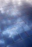 Moln som reflekterar på blåa fönster Royaltyfri Foto