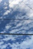 Moln som reflekterar på byggnad Royaltyfria Bilder