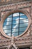 Moln som reflekterar på kyrkligt fönster i Italien Royaltyfri Bild