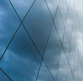 Moln som reflekterar på skyskrapa Royaltyfria Bilder