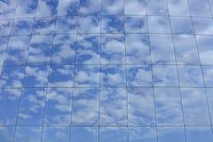 Moln som reflekterar på skyskrapa Royaltyfri Fotografi