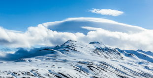 Moln som rullar över berg i arktisk lager videofilmer