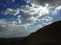 Moln som rullar över det mörka berget Arkivfoto
