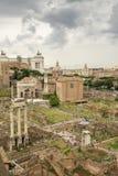 Moln som samlar över den forntida Roman Forum Arkivfoto