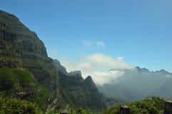 Moln som skriver in dalen Arkivfoto