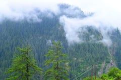 Moln som stiger ned över Himalayan berg Arkivfoton