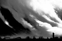 Moln som stiger ned från bergen i Island arkivbilder