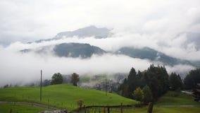 Moln som svävar i höga berg i Schweiz Tid schackningsperiod arkivfilmer