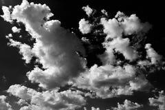Moln Svart bakgrund Isolerad vit fördunklar på svart himmel Uppsättning av isolerade moln över svart bakgrund bakgrundsdesignelem Royaltyfri Bild
