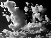Moln Svart bakgrund Isolerad vit fördunklar på svart himmel Uppsättning av isolerade moln över svart bakgrund bakgrundsdesignelem Arkivbilder
