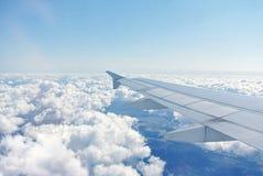Moln under vingen av ett flygplan Royaltyfria Bilder