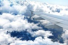 Moln under vingen av ett flygplan Arkivbilder