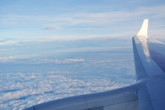 Moln under vingen av ett flygplan Arkivfoton