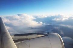 Moln uppifrån och dramatisk solnedgång, flygplansikt Royaltyfria Bilder