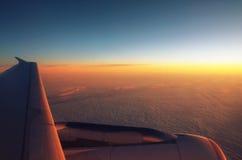 Moln uppifrån och dramatisk solnedgång, flygplansikt Royaltyfri Foto