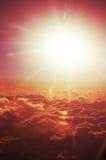 Moln uppifrån och dramatisk solnedgång, flygplansikt Royaltyfri Bild