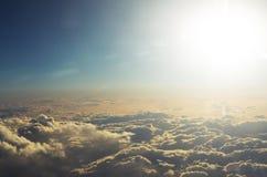 Moln uppifrån och dramatisk solnedgång, flygplansikt Fotografering för Bildbyråer