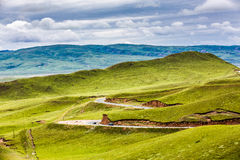 Moln, väg och berg Royaltyfri Fotografi